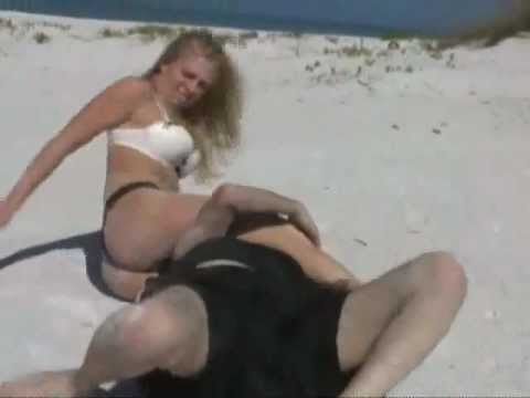 femalevsmalefightingonthebeachsand